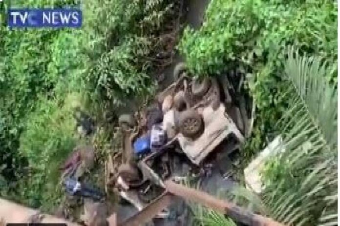 18 seater bus plunges into Owena River along Akure-Ondo road, many feared dead