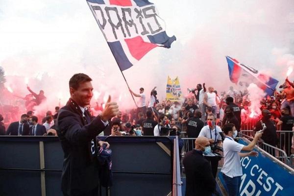 PHOTOS: Lionel Messi meets PSG fans