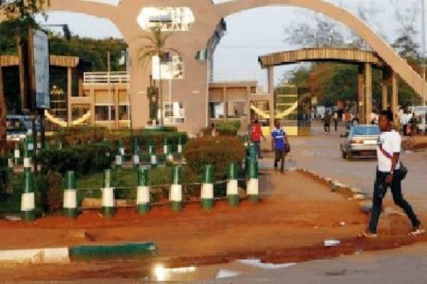 Lasest Breaking News About UNIBEN: UNIBEN Students block Ugbowo road over hike in School fees